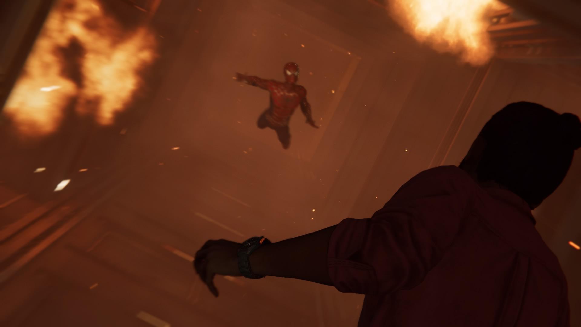 落ちる人を助けるスパイダーマン